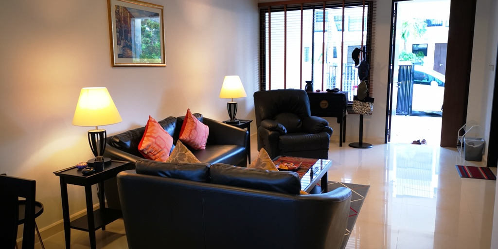 Great 2 Bed Townhome-Great 2 bed townhome Prime Real Estate 1685 lounge 1.jpg