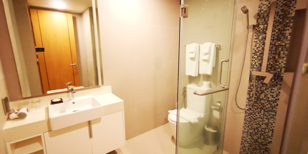 Wonderful 2 Bed Apartment-2 bed apartment 1708 bathroom.jpg